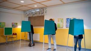 Votantes suecos en un colegio electoral.