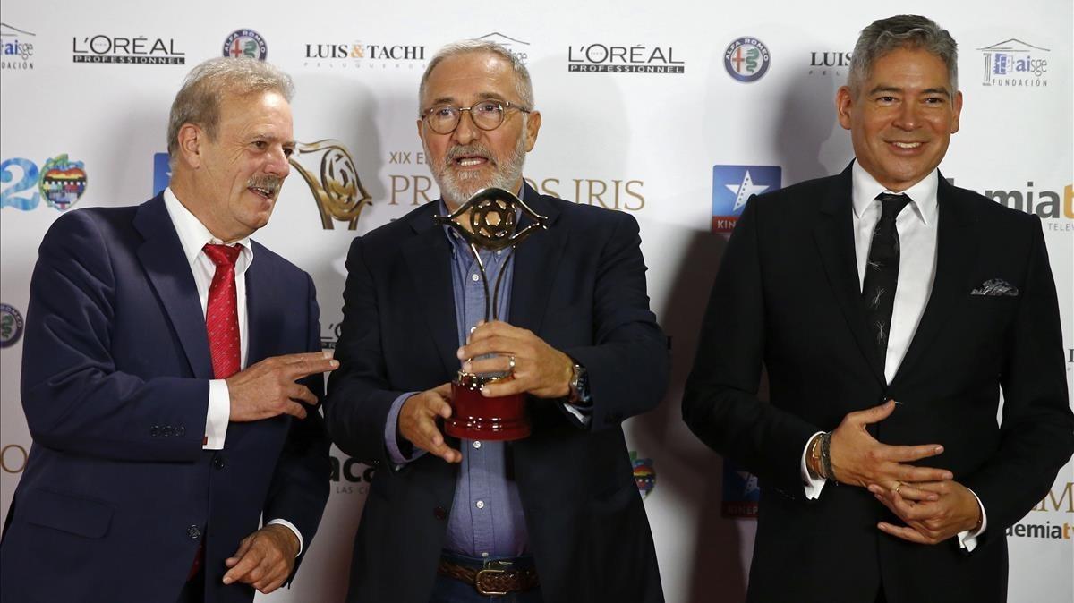 Xavier Sardà, con el Premio Iris, junto a Manuel Campo Vidal y Boris Izaguirre.