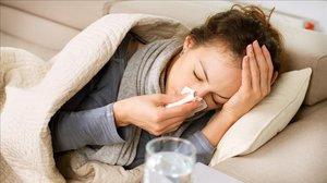 Una mujer con gripe en una foto de archivo.