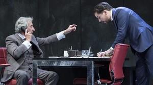 José Sacristán y Javier Godino, en una escena de 'Muñeca de porcelana', de David Mamet.