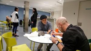 Kiridi y Claudio, de espaldas, en la sala de calor ycafédel CAS Baluard.