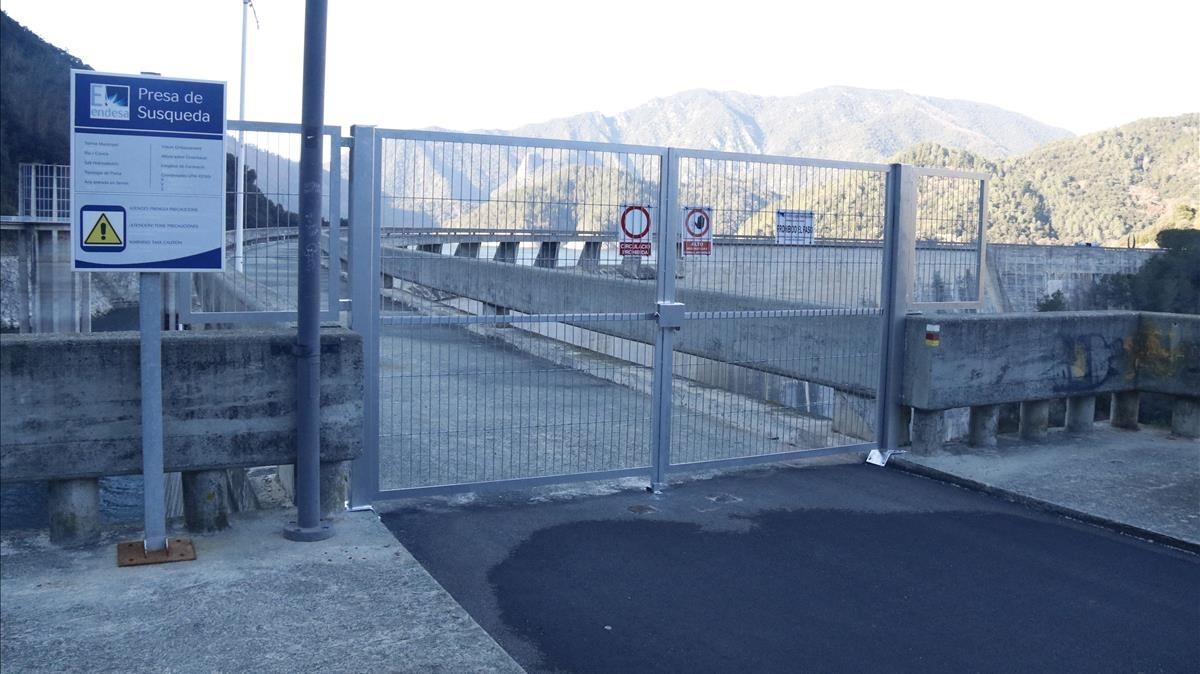 Valla que Endesa ha colocado en la pasarela del pantano de Susqueda.