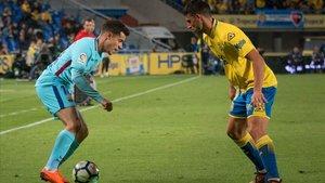 El jugador de la UD Las Palmas, Jonathan Calleri, se enfrenta a Coutinho en un partido de marzo del 2018.