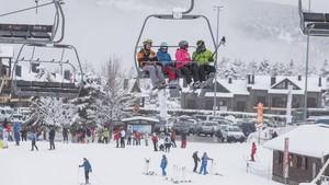 Esquiadores en La Molina, este domingo.