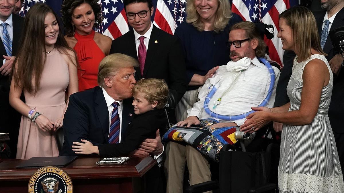 El presidente Donald Trump con miembros de asociaciones de enfermos terminales durante la firma del acuerdo.
