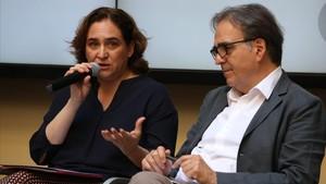 Ada Colau y Joan Subirats en la presentación de la Bienal de pensamiento este viernes.