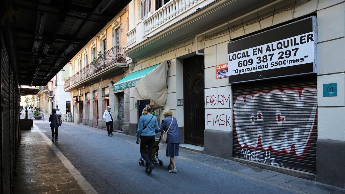Calle contigua al antiguo mercado, en el que una carnicería y una pescadería resisten el evite de la clausura de la Abaceria.