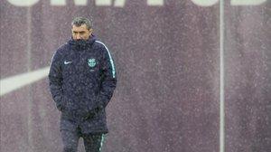 Ernesto Valverde, durante el entrenamiento del Barça en la Ciutat Esportiva Joan Gamper.