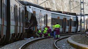 Varios operarios examinan los convoyes que colisionaron en Castellgalí.