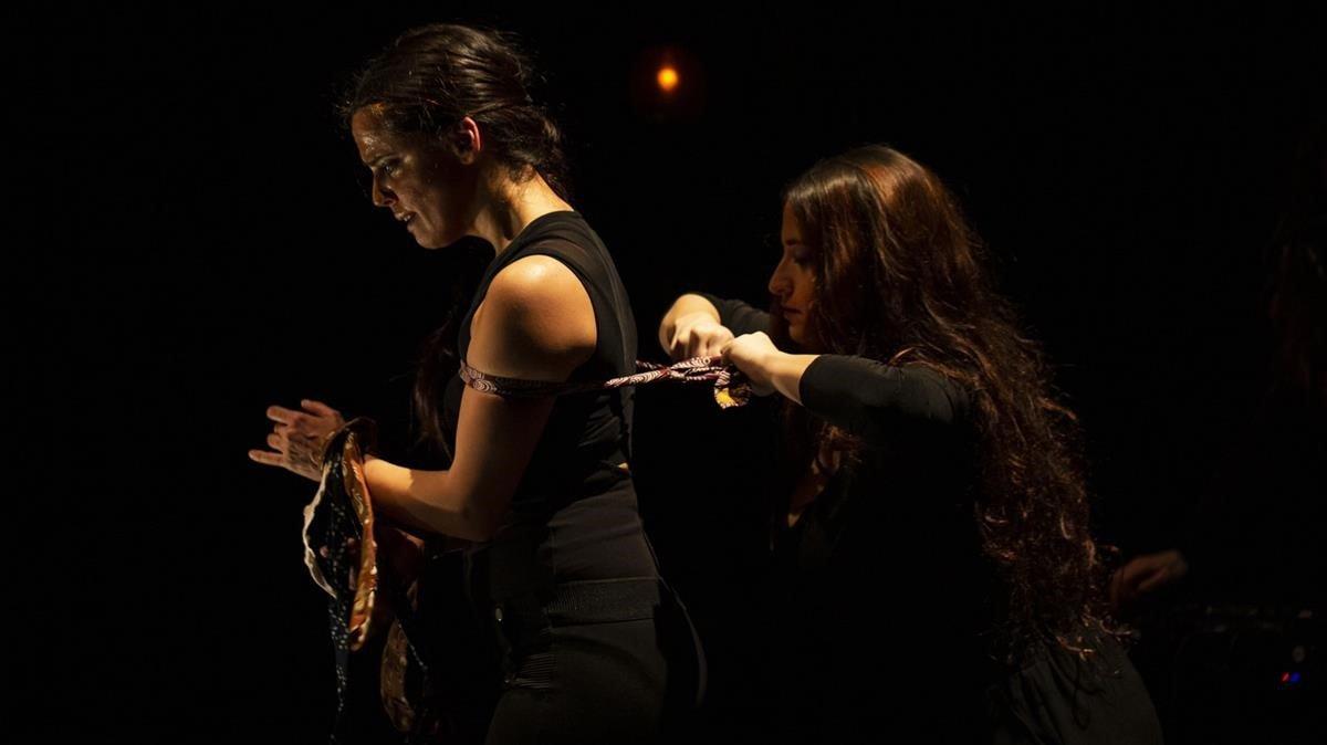 Aina Núñez y Ana Brenes, en una escena del montaje.