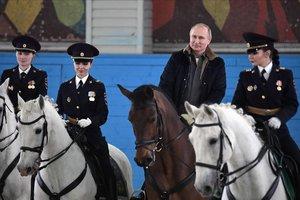 Putin, a caballo, durante su visita a una academia de policía.