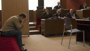 Joaquim Benítez se tapa la cara durante el juicio celebrado en marzo en la Audiencia de Barcelona.