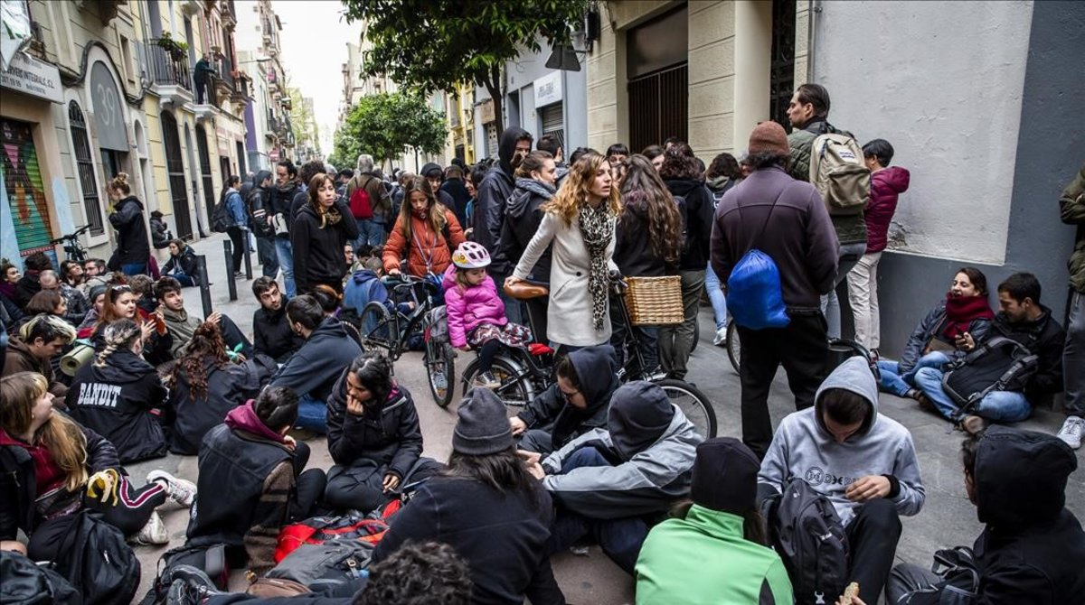 Vecinos del Poblenou, en Barcelona,paran un desalojo en abril.