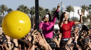 Asistentes a un concierto en el Festival de Coachella, este domingo.