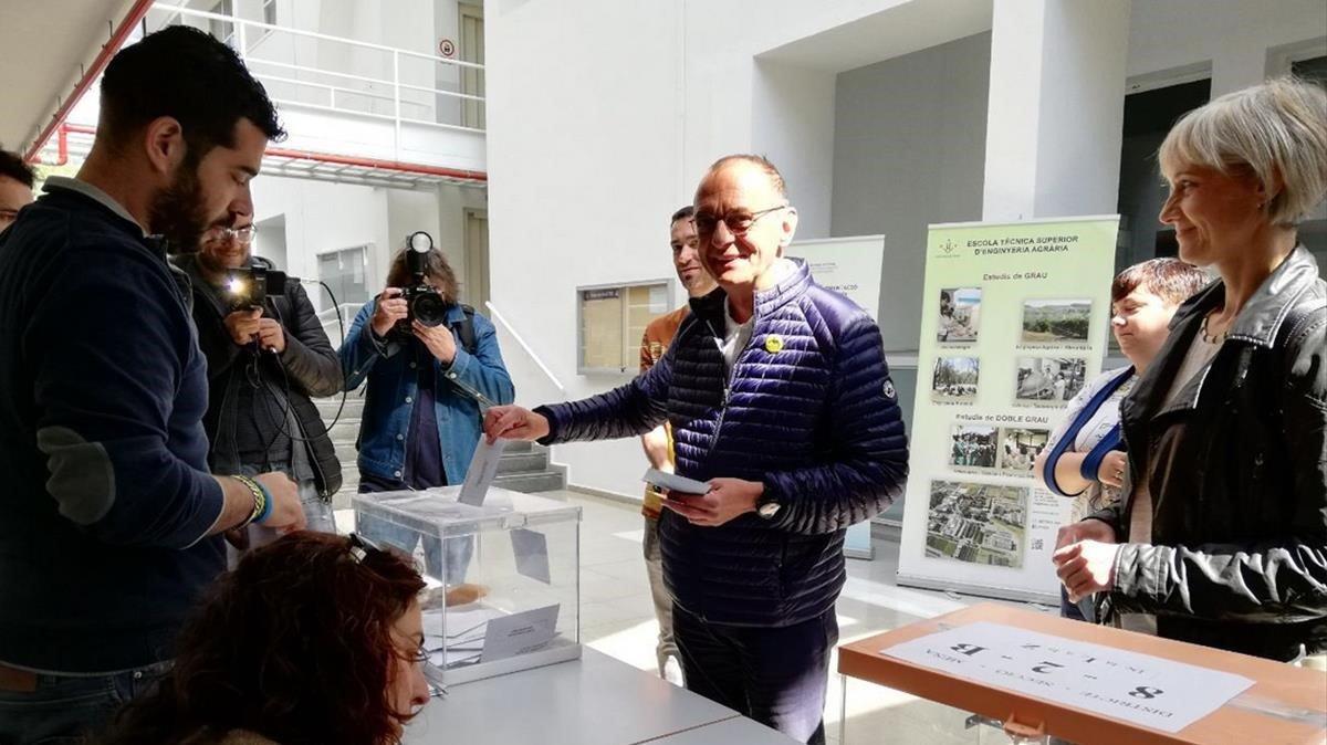 El ganador de las elecciones municipales en Lleida, Miquel Pueyo, de ERC, vota en su colegio electoral.