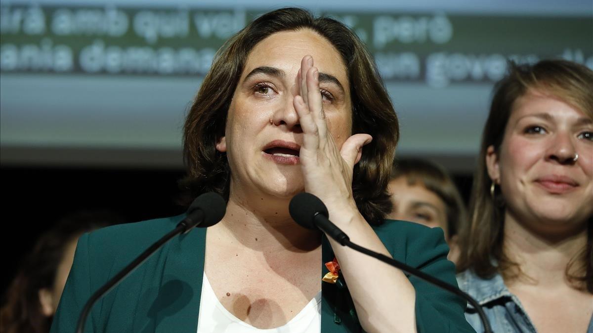 La alcaldesa Ada Colau, visiblemente emocionada, durante su comparecencia tras conocer los resultados electorales.