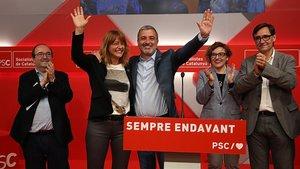 Jaume Collboni acompañado de otros miembros del PSC, durante su comparecencia en la noche electoral.