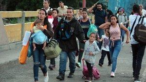 Una familia venezolana cruza a Colombia por el Puente Internacional Simón Bolivar en Cúcuta.