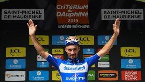 Julian Alaphilippe, en el podio de la sexta etapa del Dauphiné.