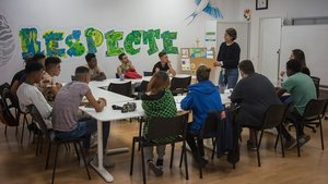 La técnica de orientación Íria Albert explica a los jóvenes usuarios del Centre de Noves Oportunitats de Mataró cómo presentarse a una entrevista de trabajo.
