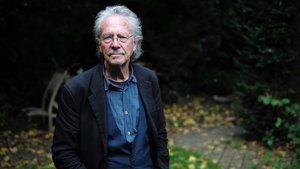 Peter Handke, en su casa en Chaville, cerca de París, el día del anuncio del Nobel.