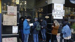 Miembros del colectivo Doctorandes en Lluita en el encierro llevado a cabo en la sede de la Agaur.
