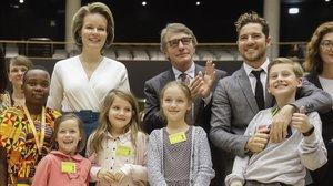 La reina Mathilde de Bélgica, el presidente del Parlamento Europeo, David Sassoli, y David Bisbal posan con unos niños en la conferencia celebrada este miércoles.