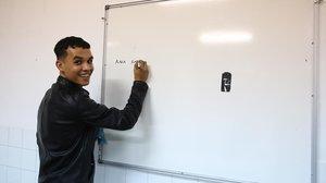 Hamza, exniño tutelado que hace de profesor de dariya.