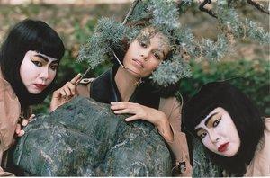 Fumiko Imano y su hermana 'gemela', con la modelo Kaia Gerber en la campaña de Loewe.