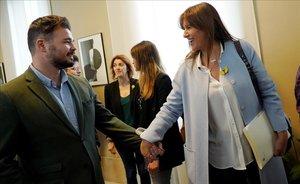 Gabriel Rufián y Laura Borràs se saludan a la entrada de la reunión de la Junta de Portavoces, este martes en el Congreso.