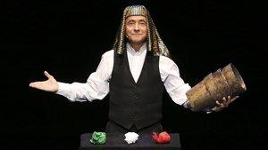 Enric Magoo demostrando su habilidad con los cubiletes, en el que probablemente sea el primer juego de magia de la historia.