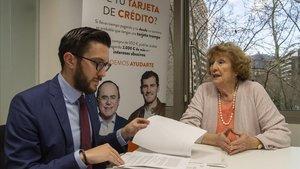 Antonia Lacalle, afectada por el IRPH, junto con el director de la oficina de Arriaga y Asociados de Barcelona, Albert Padilla.