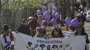 Manifestantes del colectivo 'Diverses 8M' durante su marcha por la Vía Augusta de este domingo por la mañana
