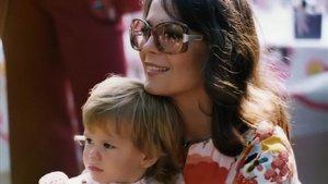 Natalie Wood y su hija Courtney Wagner, en una foto de 1975 usada en 'Natalie Wood: entre bambalinas'. // HBO