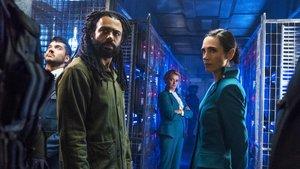 Daveed Diggs y Jennifer Connelly, en una imagen promocional de 'Snowpiercer: Rompenieves'.
