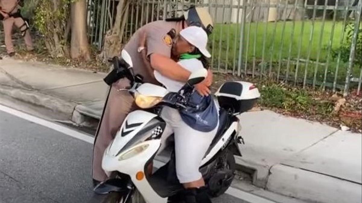El abrazo de una destacada activista de Miami, Florida (EEUU) y un agente de policía local en plena calle y ante una manifestación por la muerte de George Floyd, de raza negra, se ha vuelto viral.