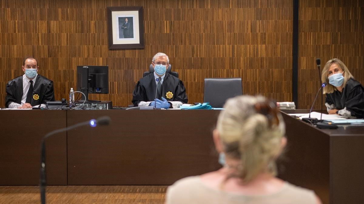 El juez y el personal judicial con mascarillas en un juicio celebrado este miércoles en la Ciutat de la Justícia de Barcelona.