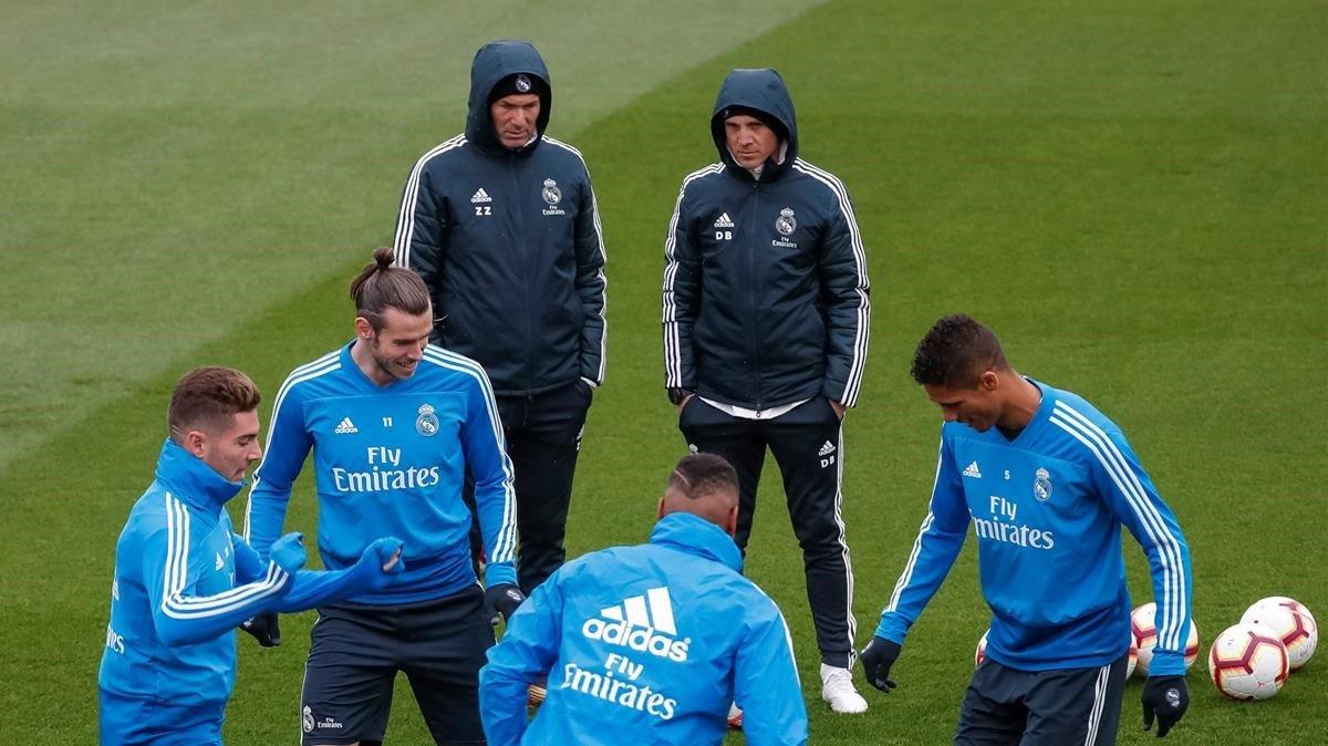 Zidane y Bettoni observan el entrenamiento de Liza, Bale, Casemiro y Varane.