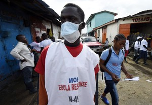 Un sanitari visita els carrers de Monròvia, a Libèria.