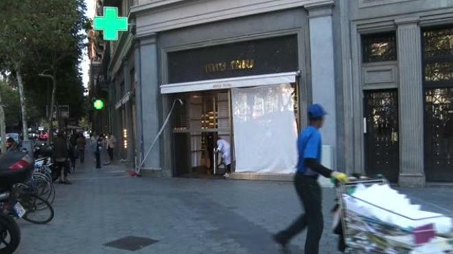 Roban en una tienda de ropa de lujo del Passeig de Gràcia empotrando un  coche contra el aparador 28d7fdf83e1