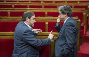 El portavoz del PPC, Enric Millo (derecha), habla con el vicepresidente del Govern, Oriol Junqueras, el pasado marzo en el Parlament.