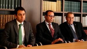 De derecha a izquierda, Victor Grifols, presidente de Grifols, su hermano Raimon Grifols y Victor Grifols Deu, hijo del primero.