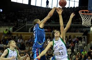Nacho Martín, del Andorra, lanza por encima del verdinegro Bieshaar