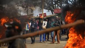 Manifestantes protestan junto a una barricada en llamas en una carretera en Kibera, la mayor favela de Nairobi, el 9 de agosto.