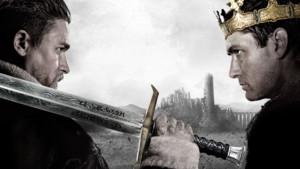 Charlie Hunnam y Jude Law, en una imagen promocional de Rey Arturo: La leyenda de Excalibur.