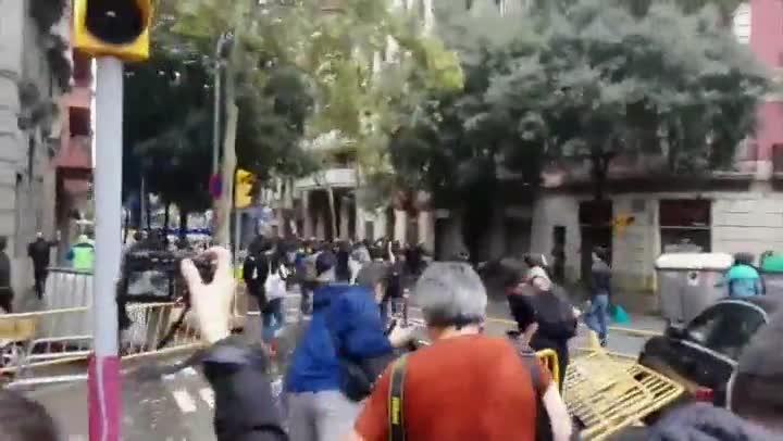 Policia dispara pilotes de goma al quedar atrapats a prop de col·legi Ramon Llull a Barcelona
