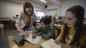 Ruth Sturgess, auxiliar de conversación en inglés, con los alumnos de sexto de primaria del colegio Joan Maragall de El Prat de Llobregat.