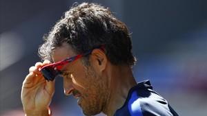 rpaniagua38514250 fc barcelona s coach luis enrique adjusts his sunglasses dur180206104723