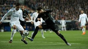Neymar intenta desbordar a Varane, en un momento del partido de anoche en el Bernabéu.