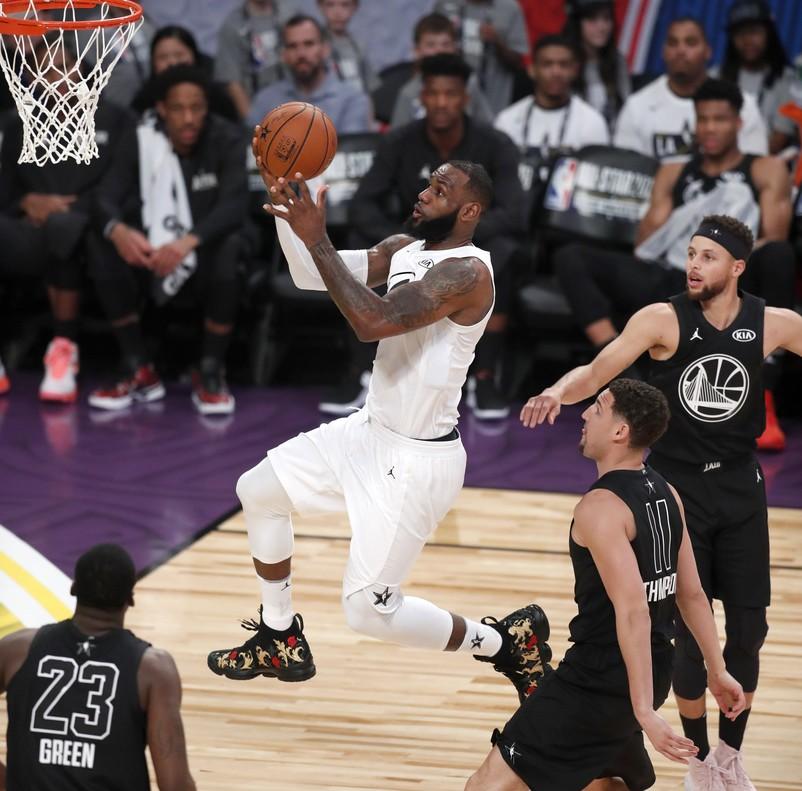 Lebron James completa una acción en el All-Star en presencia de Curry y Thompson